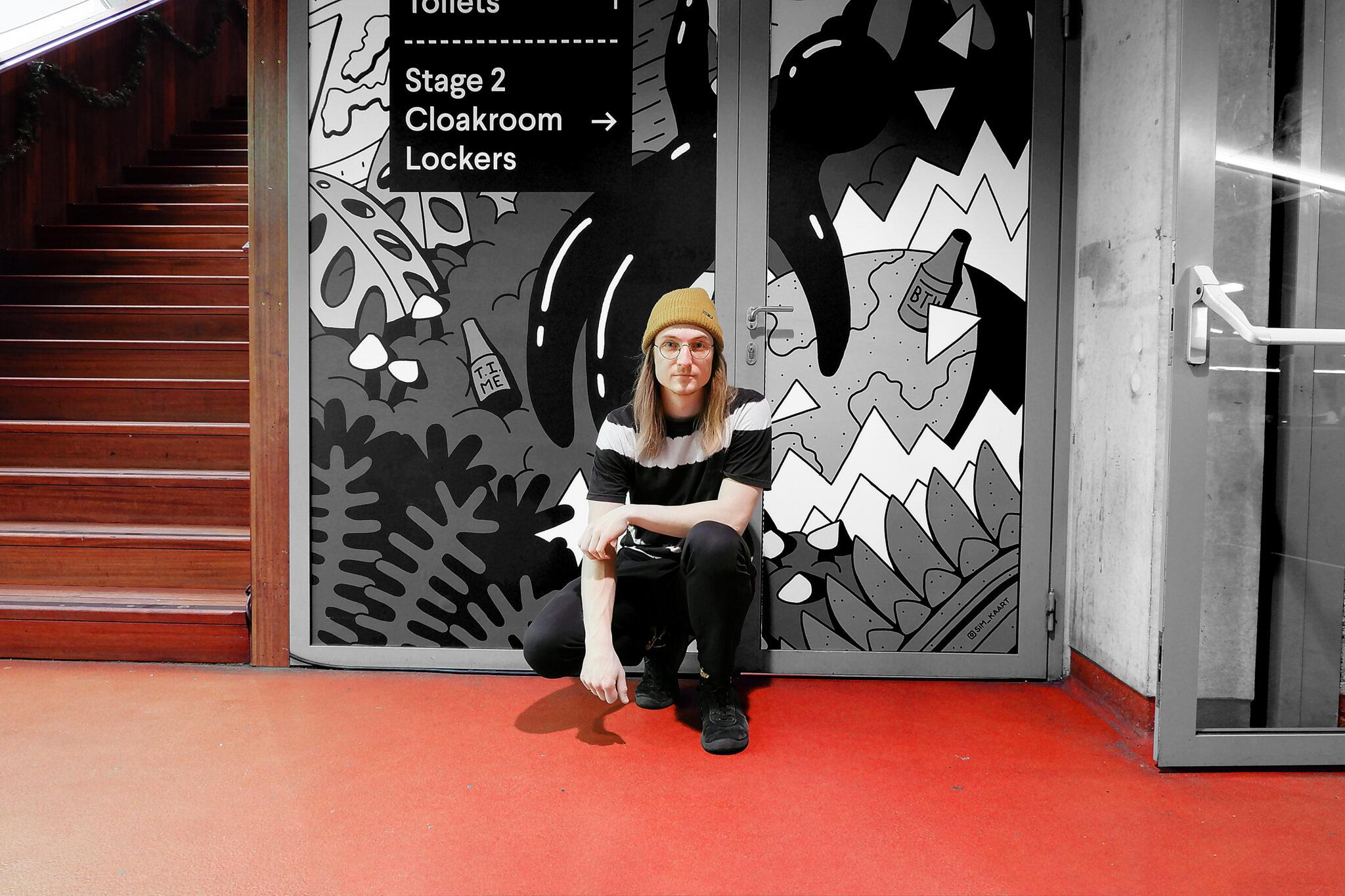 Grafisch ontwerper en illustrator Sim Kaart voor zijn werk in Patronaat Haarlem.