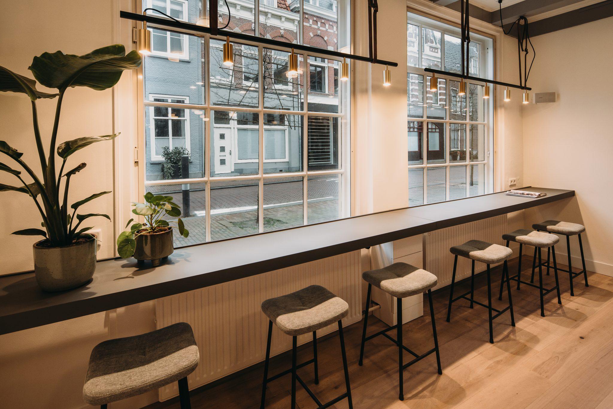 Werkplekken straatzijde in café van het Noord-Hollands Archief te Haarlem